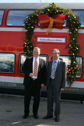Christoph Kraller und Christian Kubasch (v.l.) freuen sich über den ersten klimatisierten Doppelstockwagen für die SOB.