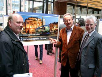 Andreas Nagel, Oberbürgermeister Ude und Herbert König bei der Eröffnung einer Ausstellung über moderne Trambahnen in Europa