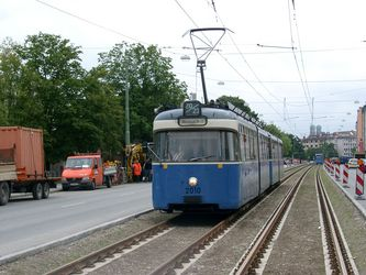P/p-Zug kurz vor der Haltestelle Lothstraße